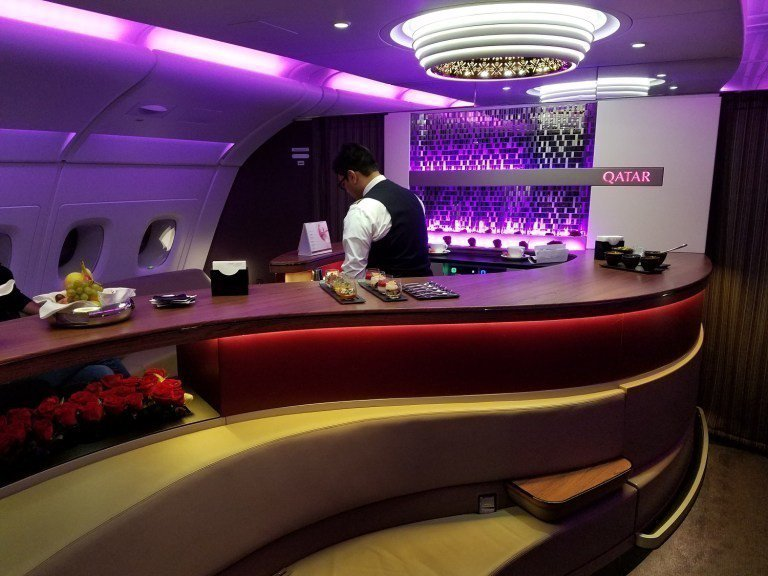 相當有夜店風格的機上酒吧 圖文來自於:TripPlus