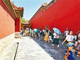北京故宮最近一處偏僻角落排成長條人龍,原來因「延禧攻略」熱播,眾多遊客慕名爭睹劇...