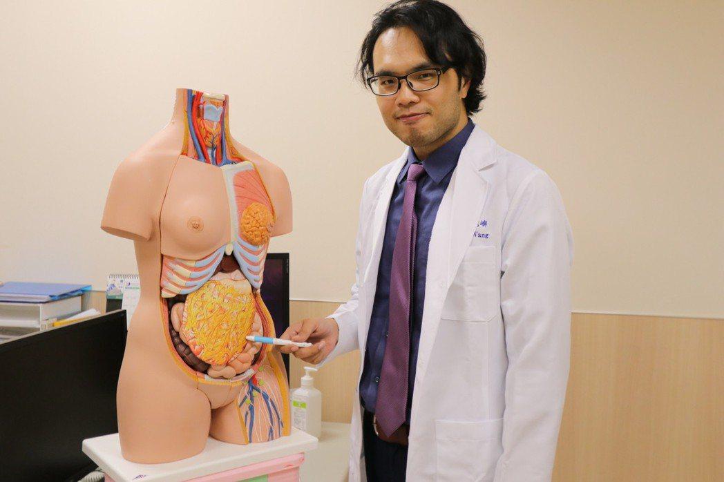 亞洲大學附屬醫院乳房外科醫師王銘嶼說,女教練切除胸部病灶後,以胃網膜自體脂肪瓣填...
