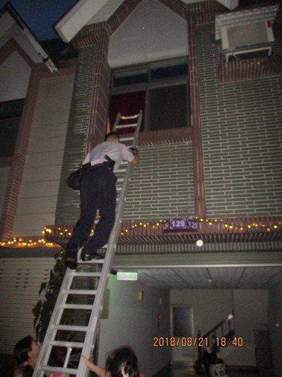 由於房間上鎖且房門相當堅固,警方多次破門不能進入,幸好范姓警員瞥見二樓窗戶,立即...