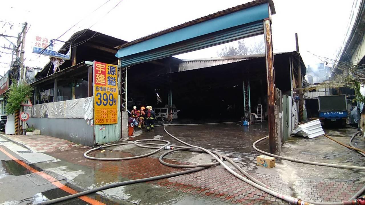 新北市板橋區板城路一間專門維修消防車與救護車的汽車修理廠,今天上午9時許發生火警...
