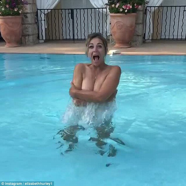 伊莉莎白赫莉大方發布上空游泳的清涼畫面。圖/摘自Instagram