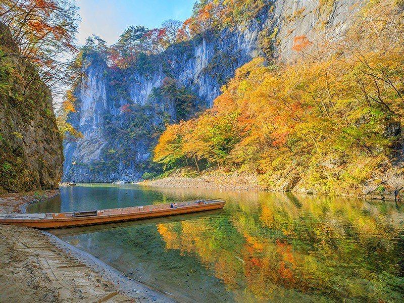 乘坐輕舟欣賞山壁紅葉,是「猊鼻溪」的賞楓特色。圖/易遊網提供
