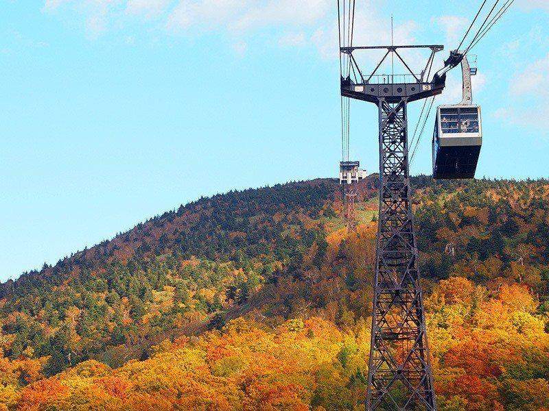「八甲田山」的三段染楓情,從高空纜車上可盡覽無遺。圖/易遊網提供