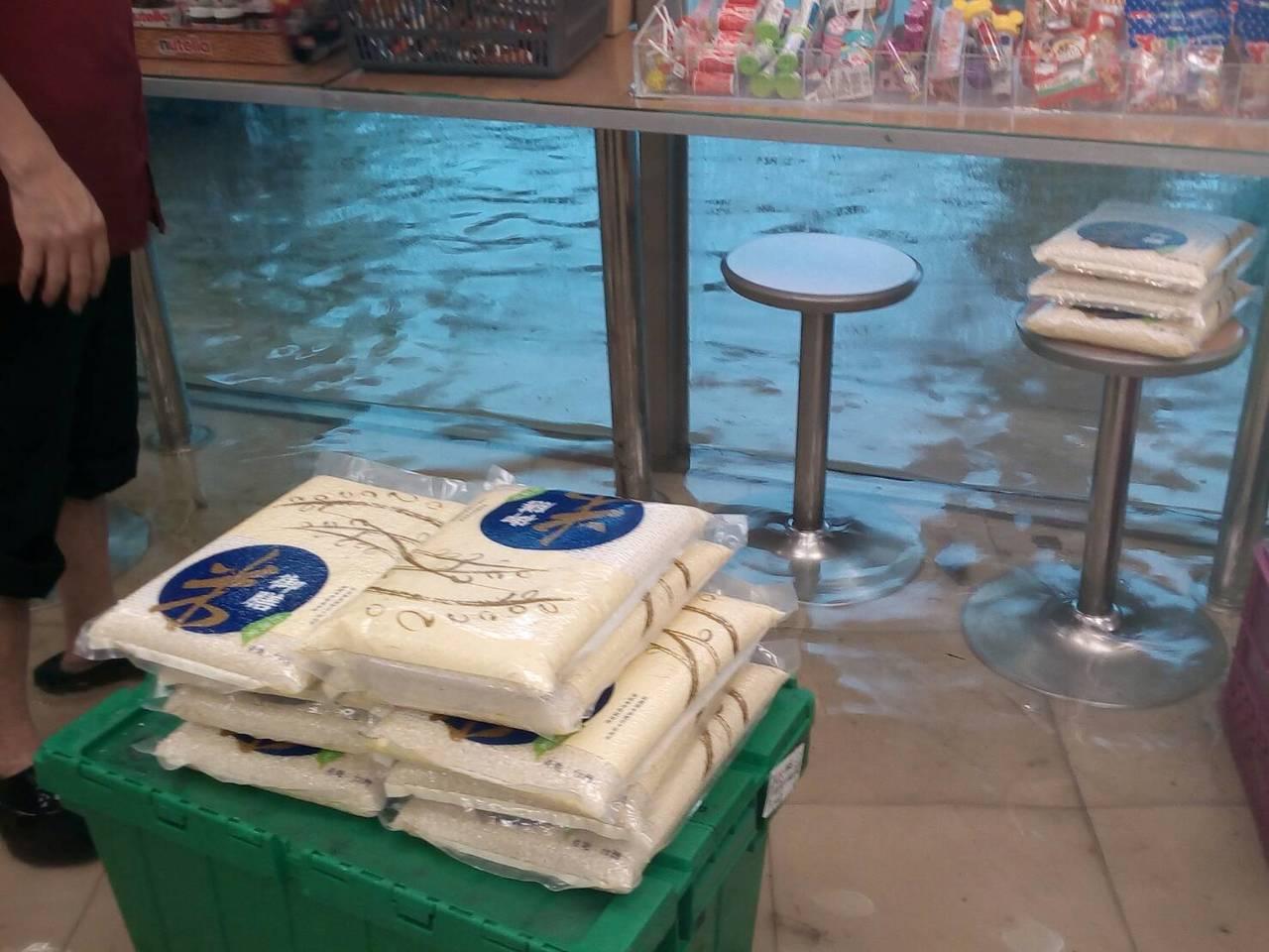 高市小港區鳳林宮前的超商淹水。圖/里長洪富賢提供