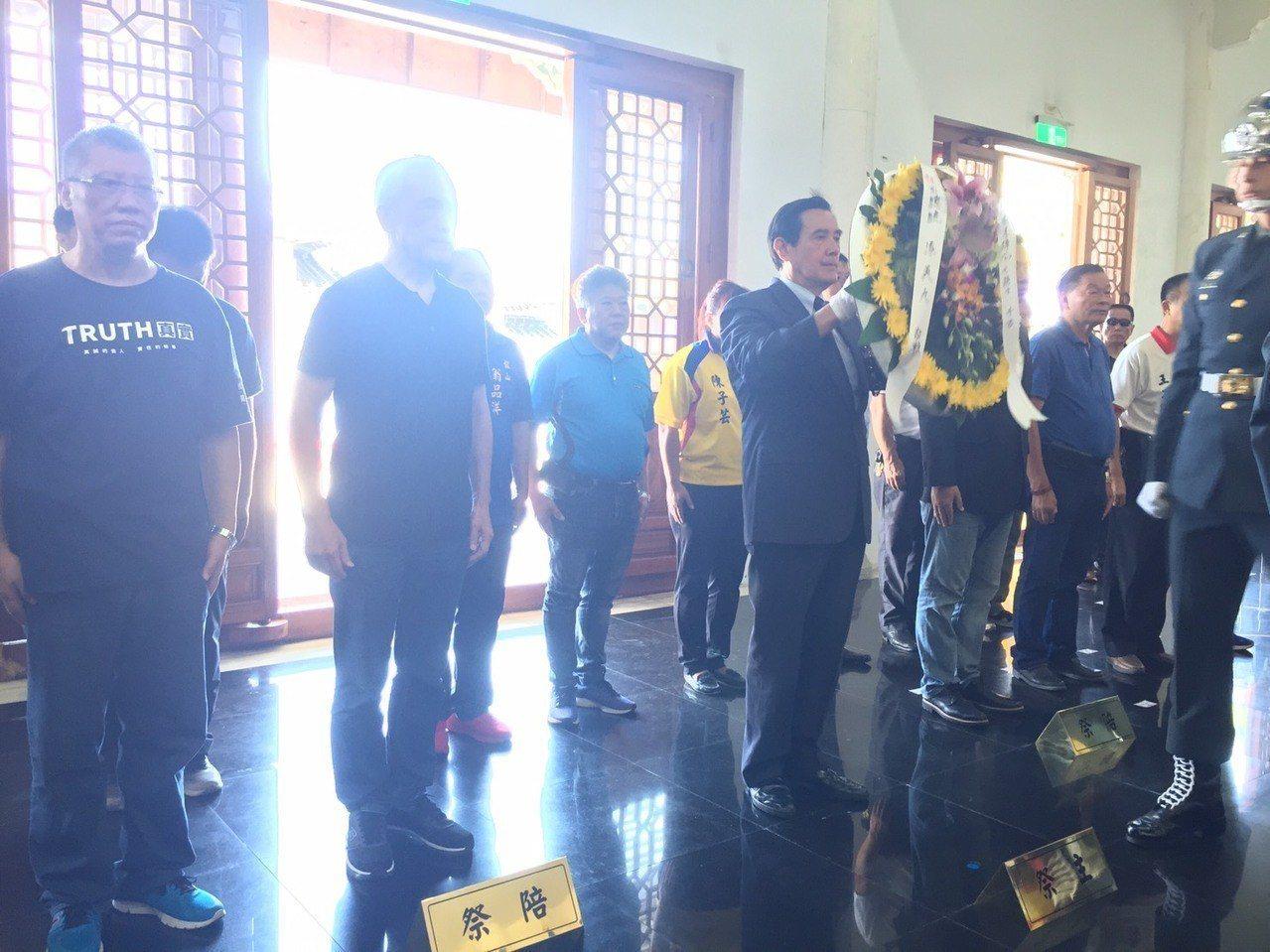 前總統馬英九一早到金門太武山公墓參加八二三砲戰六十周年活動。記者蔡家蓁/攝影