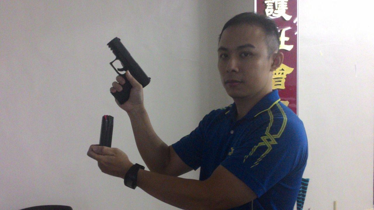 台南市警六分局教官李國簽說,德製Walther PPQ M2清槍前要先卸彈夾。記...