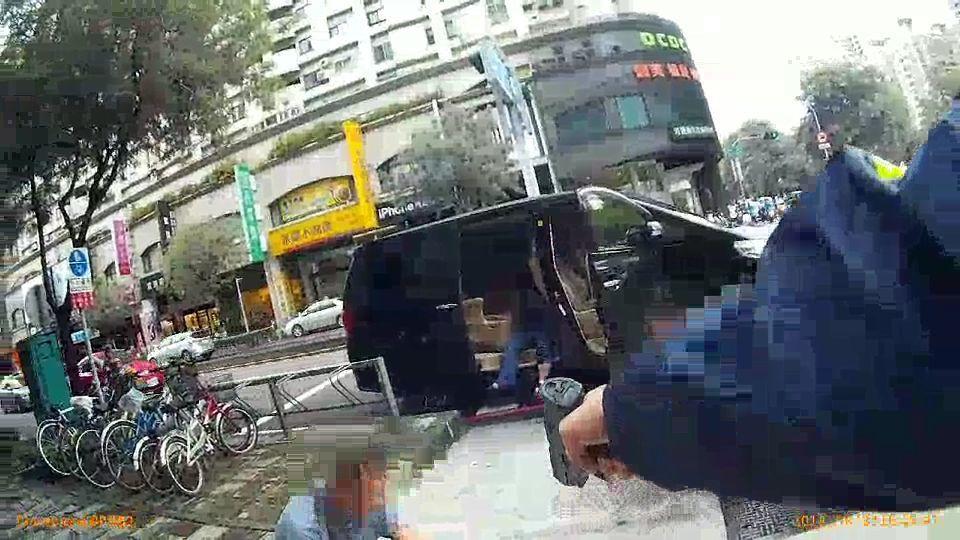 員警發現陳姓總經理在車上受傷,嚇令涉案人下車蹲下。記者林保光/翻攝