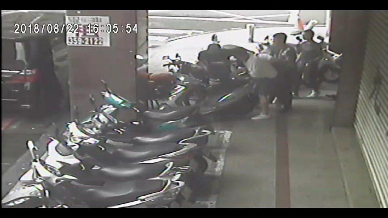 投資公司陳姓總經理遭人押出咖啡店畫面。記者林保光/翻攝