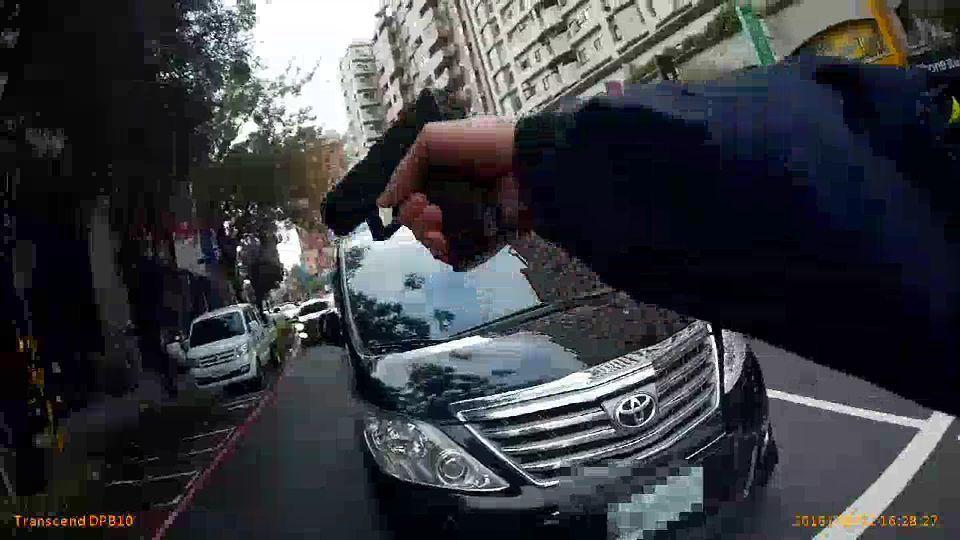 高雄市警方到場舉槍要求涉案人下車。記者林保光/翻攝