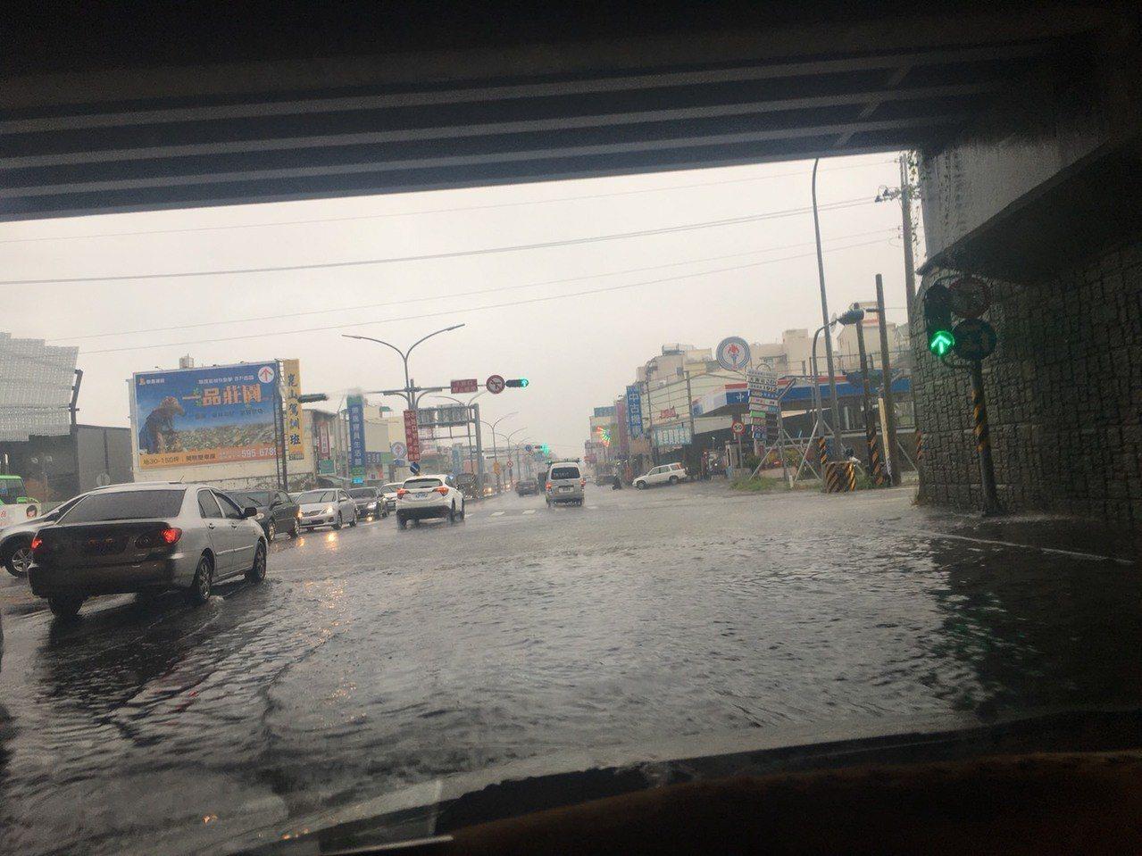 受到熱帶低壓及其外圍環流影響,台南市今晨開始出現強降雨。記者吳淑玲/攝影