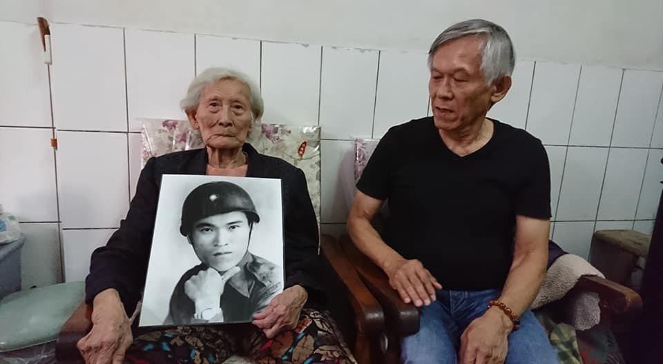 現年87歲的陳賴玉昭(左),手捧先夫陳茂根的照片,與長子陳耀東回憶「八二三台海戰...
