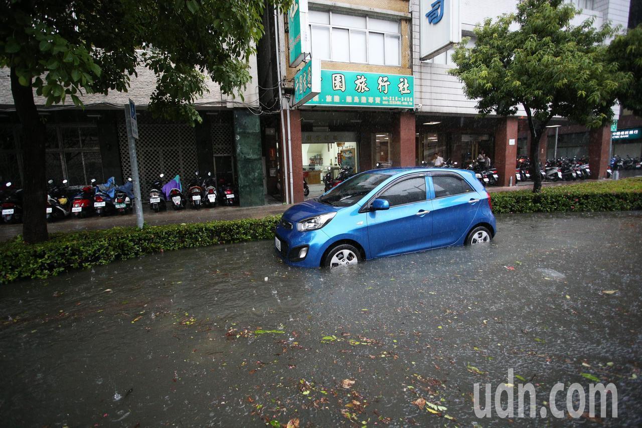 受到熱帶低壓影響,高雄市23日上午開始下豪大雨,高雄市區車道積水嚴重。記者劉學聖...