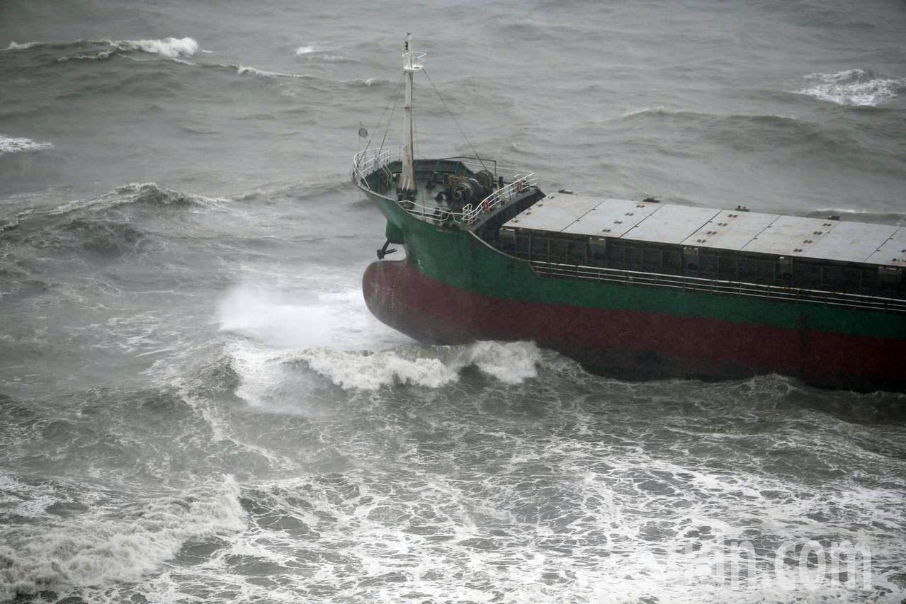 柴山陸戰隊營區下方的昌龍68號10名船員待救。記者劉學聖/攝影