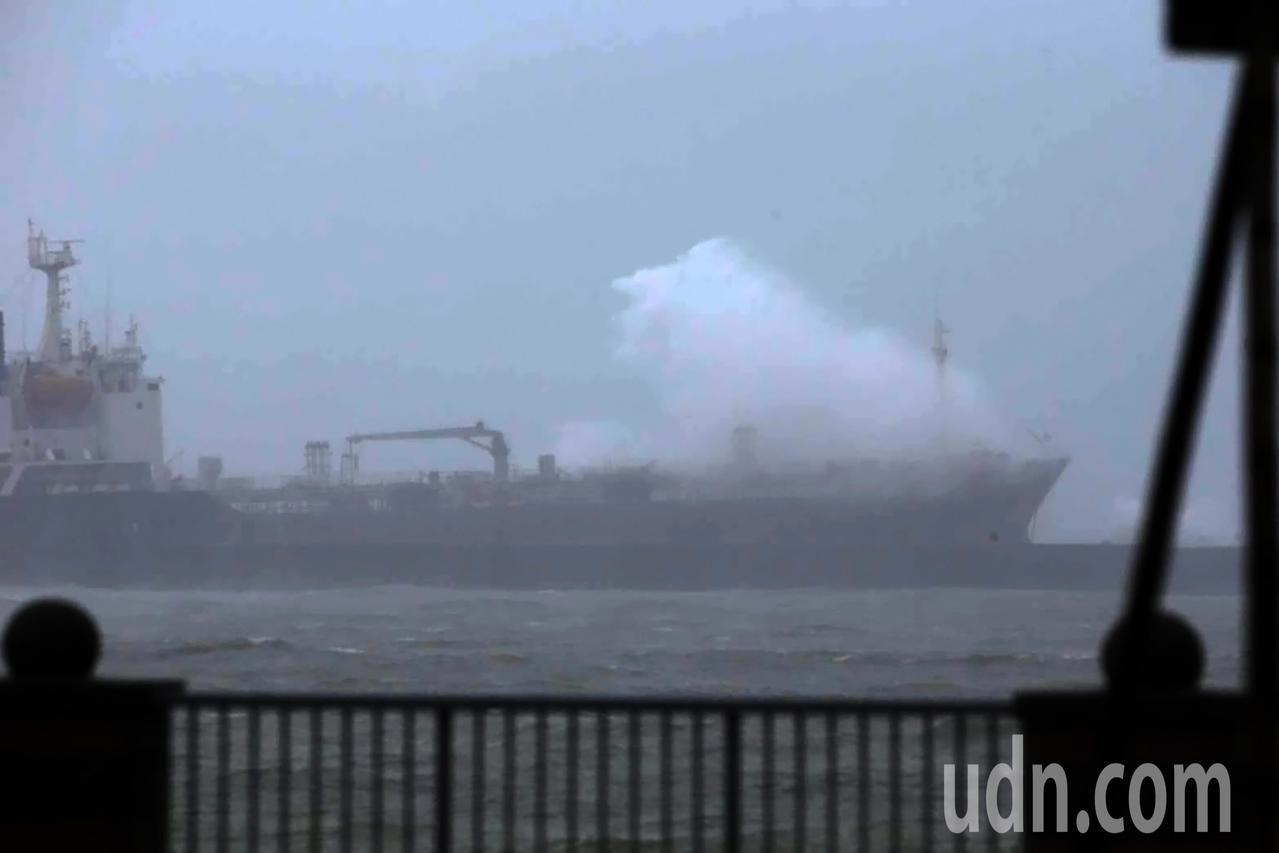 西子灣南提外的飛龍號有19名船員待救。記者劉學聖/攝影