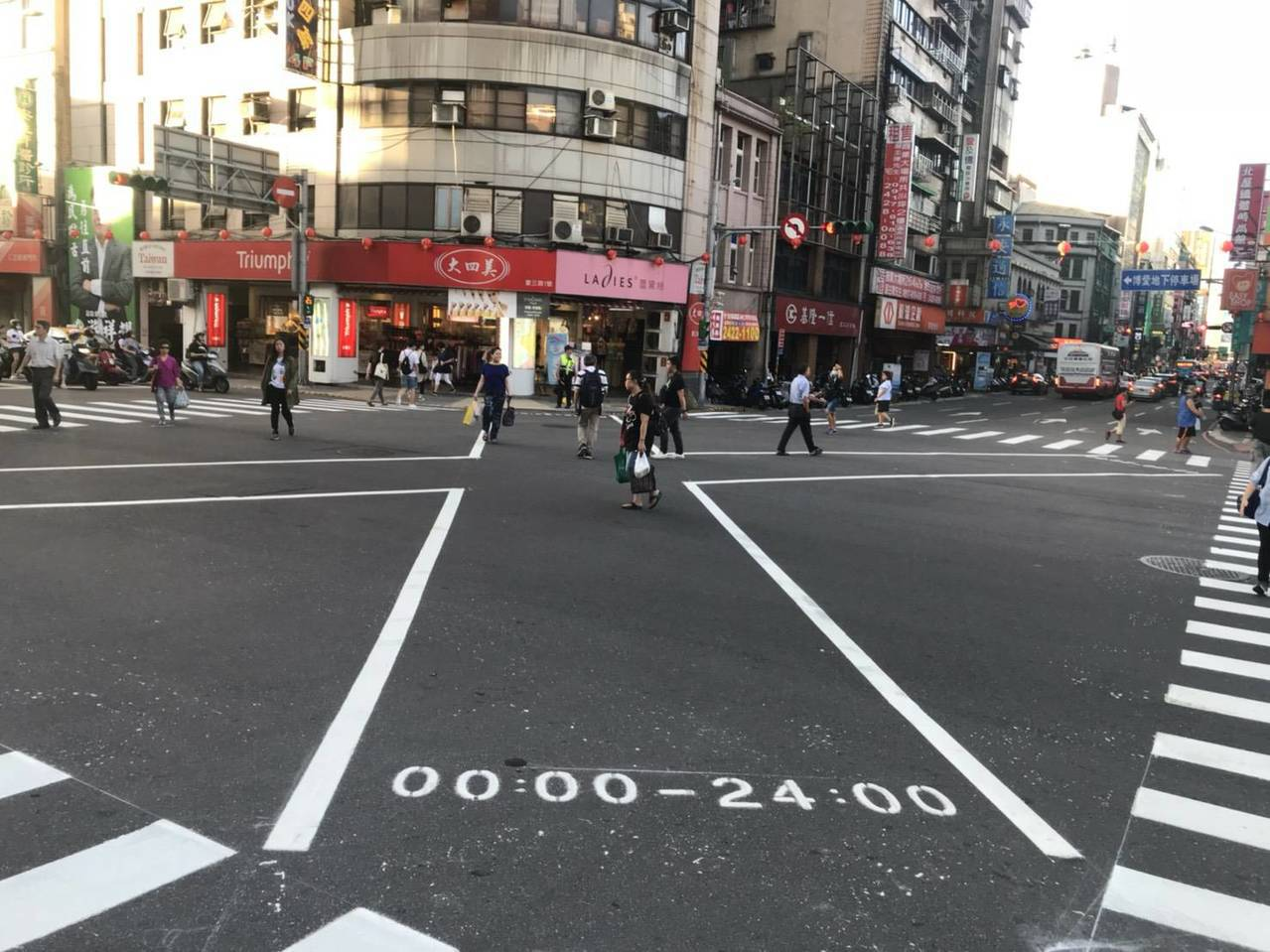 基隆仁五路、愛三路口改畫設對角線行人穿越道線,各時相車子會全停讓民眾通行。圖/基...