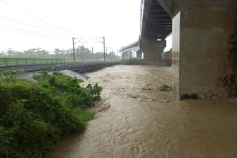 高雄橋頭牛埔溪橋水位超過警戒,台鐵暫時雙線不通。圖/擷取自臉書