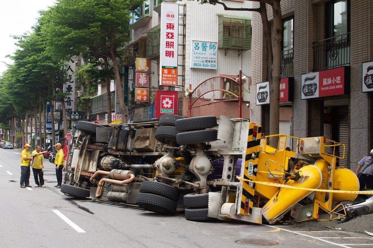 今(23)日上午11時許一輛水泥預拌車自中華路左轉莒光路時,疑似因車速過快,失控...