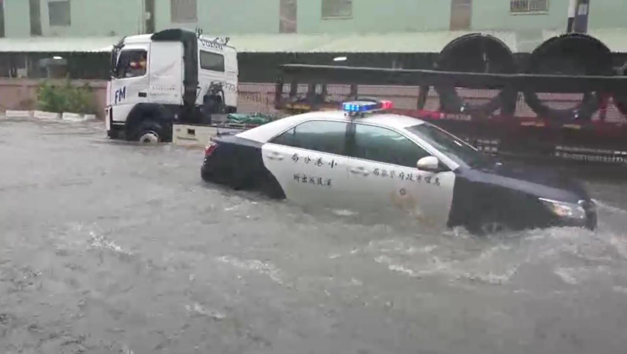 高市小港區多處淹大水,今天上午10點40分,警車行經嘉興街時,剛好對向一輛大型拖...