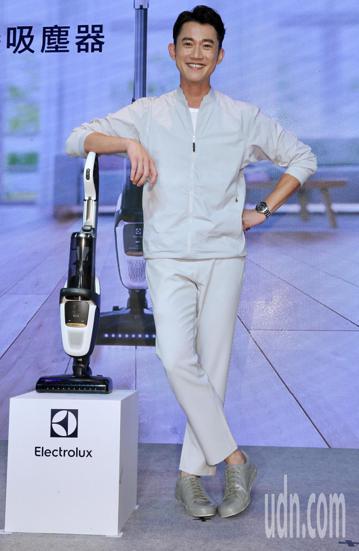藝人吳慷仁下午代言品牌吸塵器,被問到近況時,他表示:目前台灣戲劇的養分不足,想好好休息一陣子,而到北歐國家看極光,是他一直都很想完成的夢想。