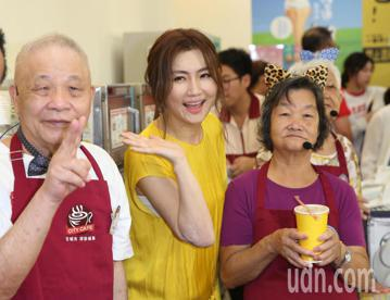 藝人Selina下午出席「幾點了咖啡館」創新服務首度進駐台北公益活動,呼籲捐零錢獻愛心。