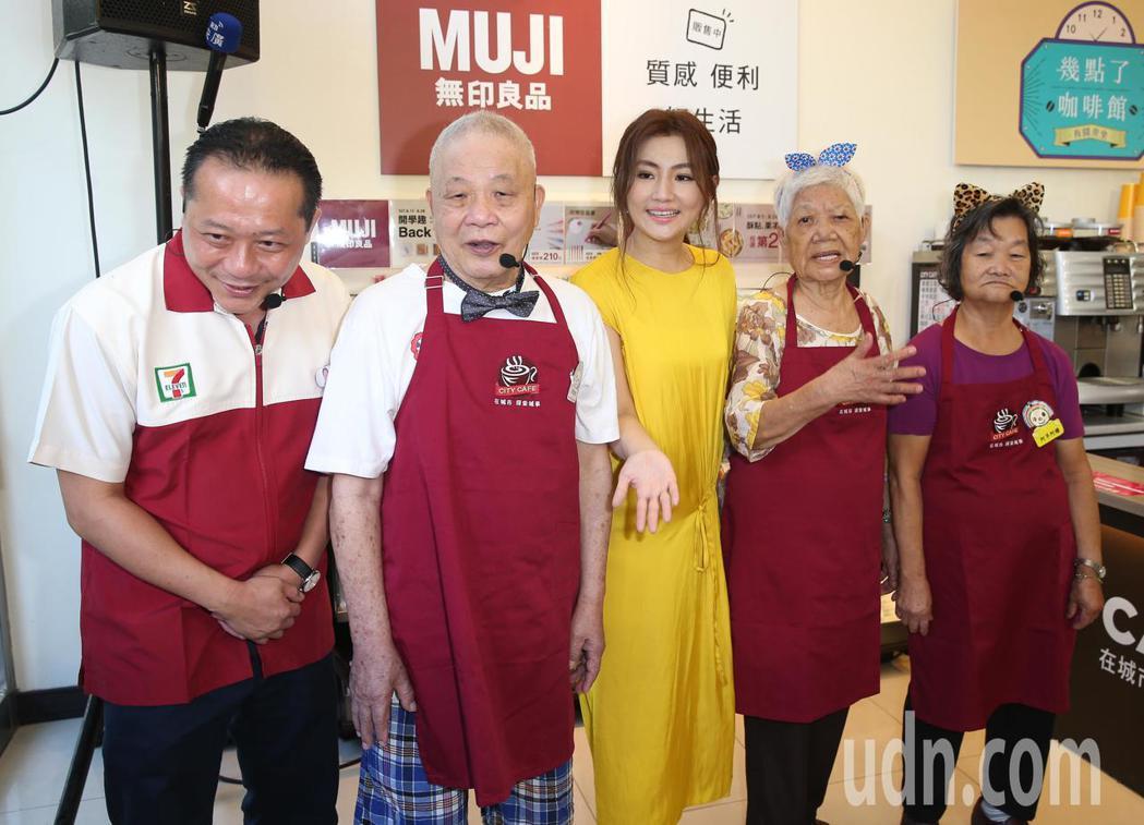 藝人Selina下午出席「幾點了咖啡館」創新服務首度進駐台北公益活動,呼籲捐零錢...