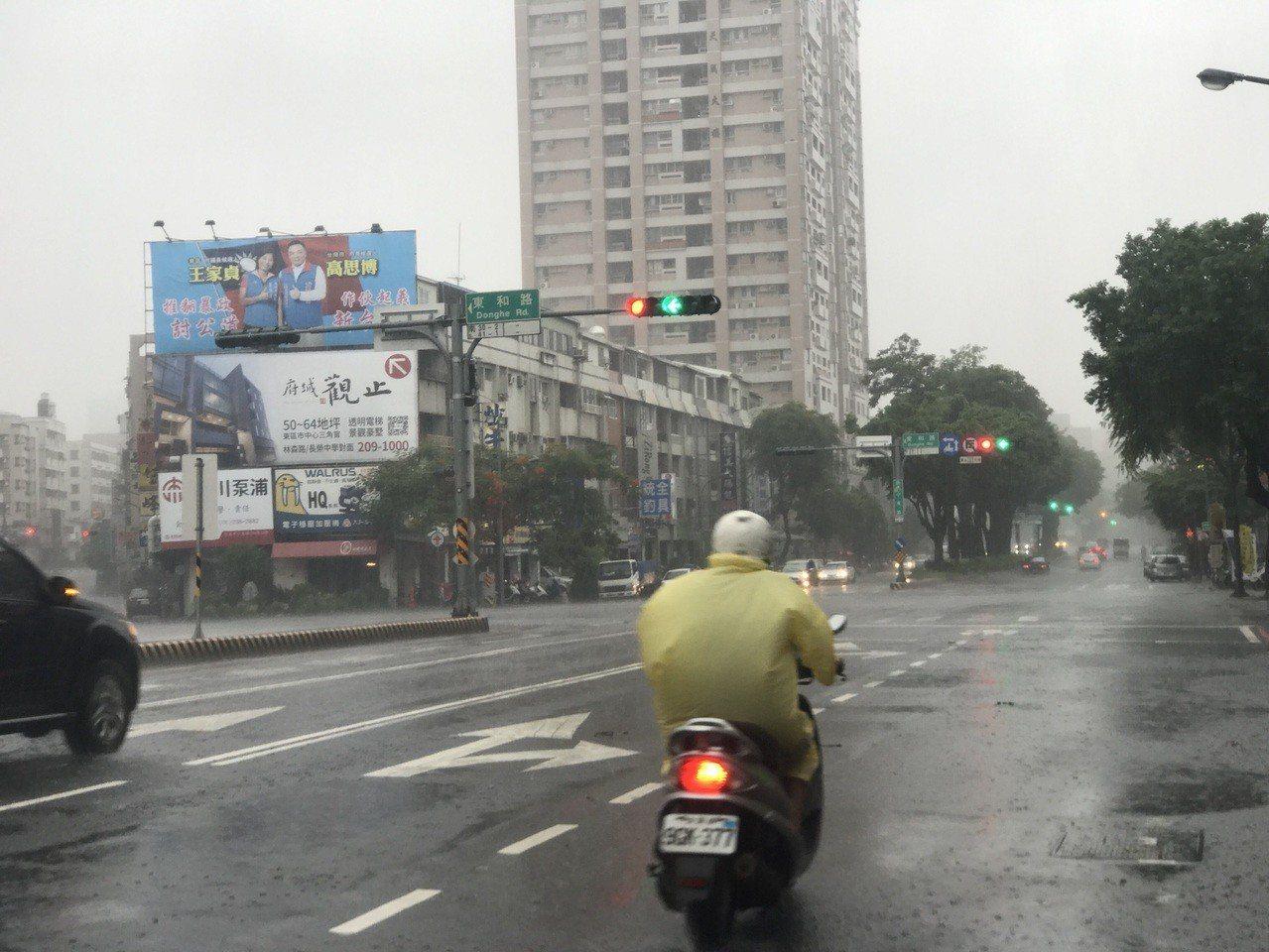 受到熱帶低壓影響,台南今晨開始強降雨。記者鄭維真/攝影