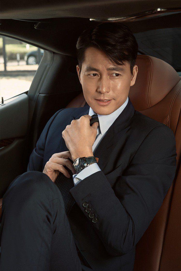 品牌大使的鄭雨盛同樣演繹浪琴巨擘系列午夜藍腕表,帥到粉絲都要暴動了。圖/Long...