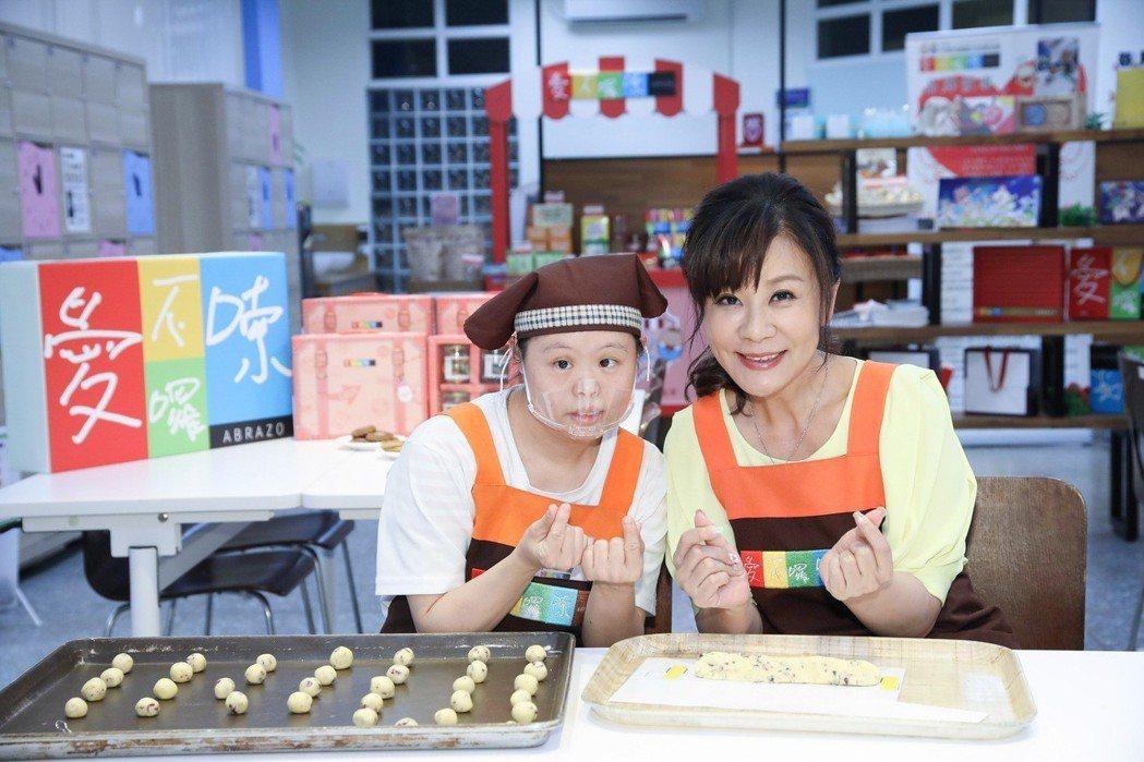 龍千玉日前和唐寶寶一起做餅乾。圖/豪記唱片提供