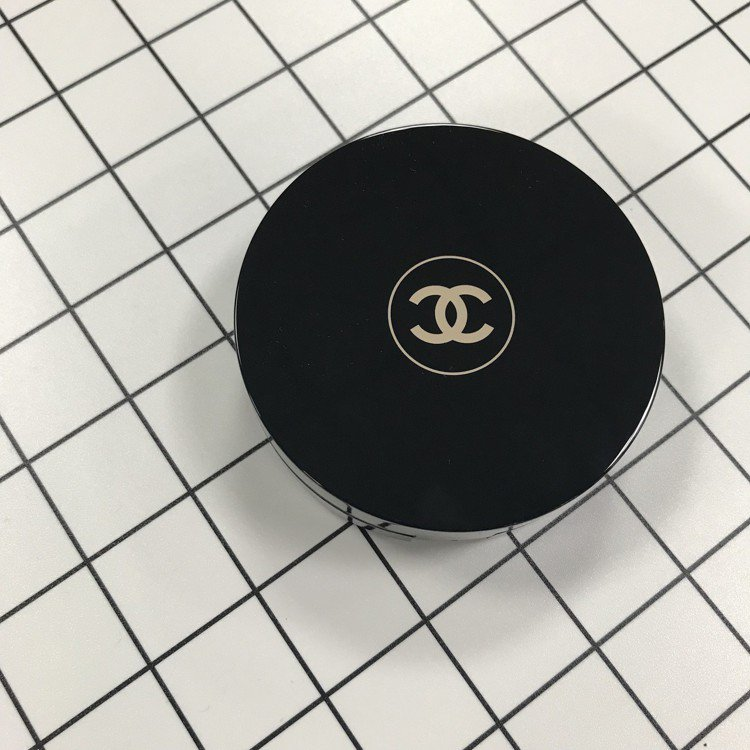 香奈兒活力光采保濕氣墊粉餅SPF15,黑色圓形外盒有著經典的雙C Logo。圖/...
