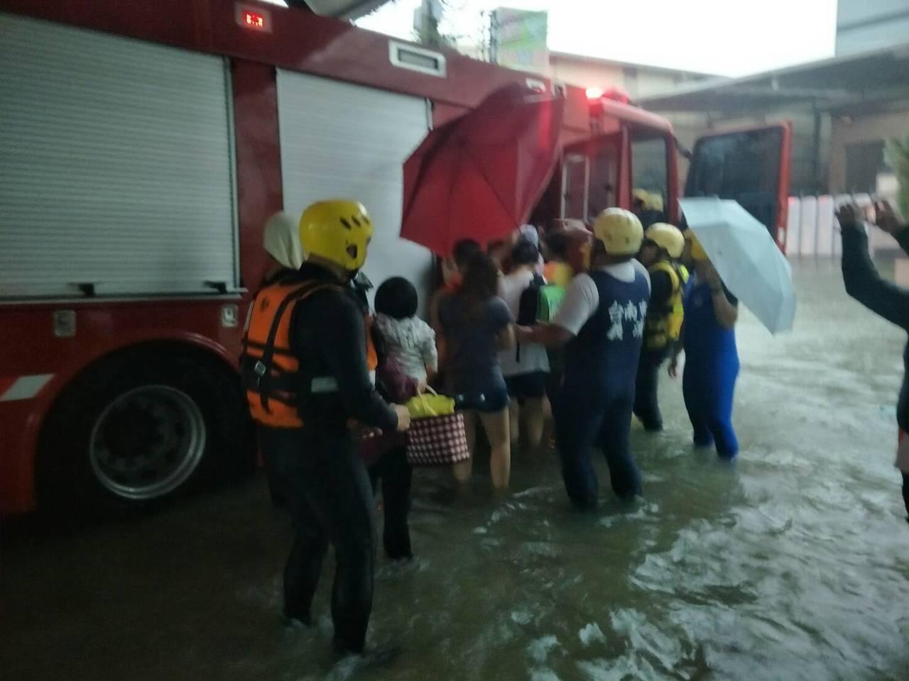 南市消防局下午4點多派遣2部橡皮艇到場,把華醫附設幼稚園4個班級共71位小朋友帶...