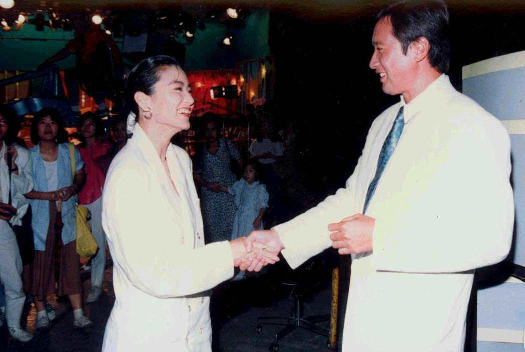 林青霞與秦祥林解除婚約後在攝影棚碰上,仍然都臉帶笑容,握手問候。圖/報系資料照片