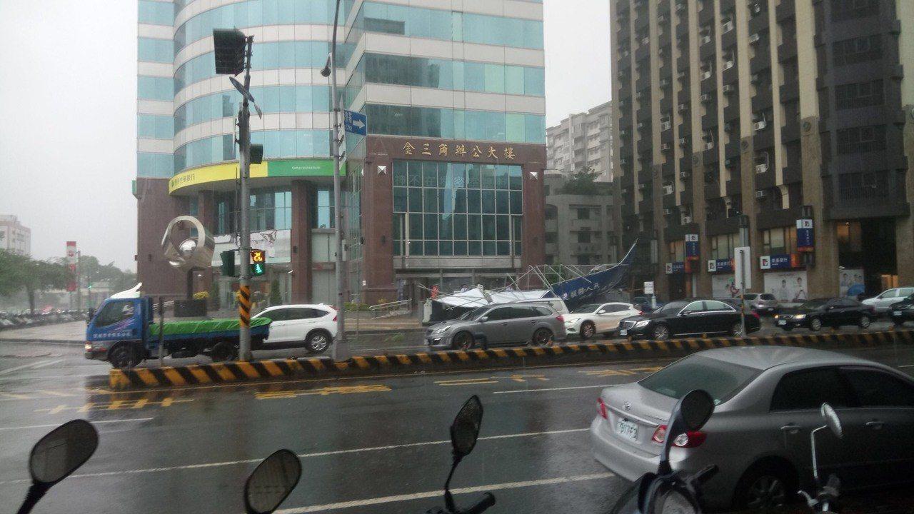 台南東區中華與小東路口陳子敬看板倒塌 圖/李鎮國提供