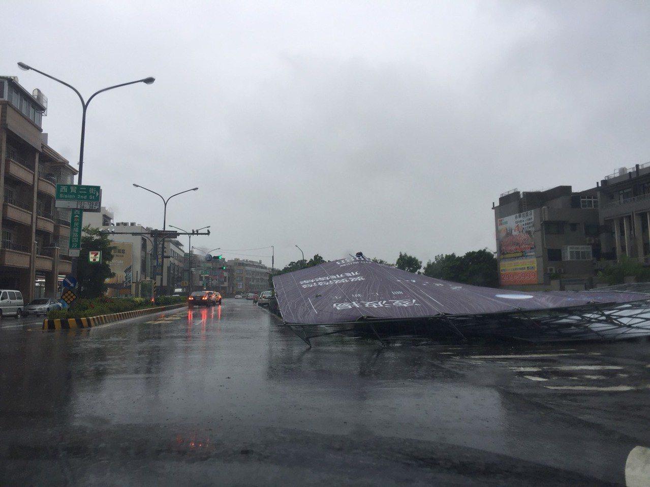 台南安平區路邊招牌倒塌 圖/吳杰提供