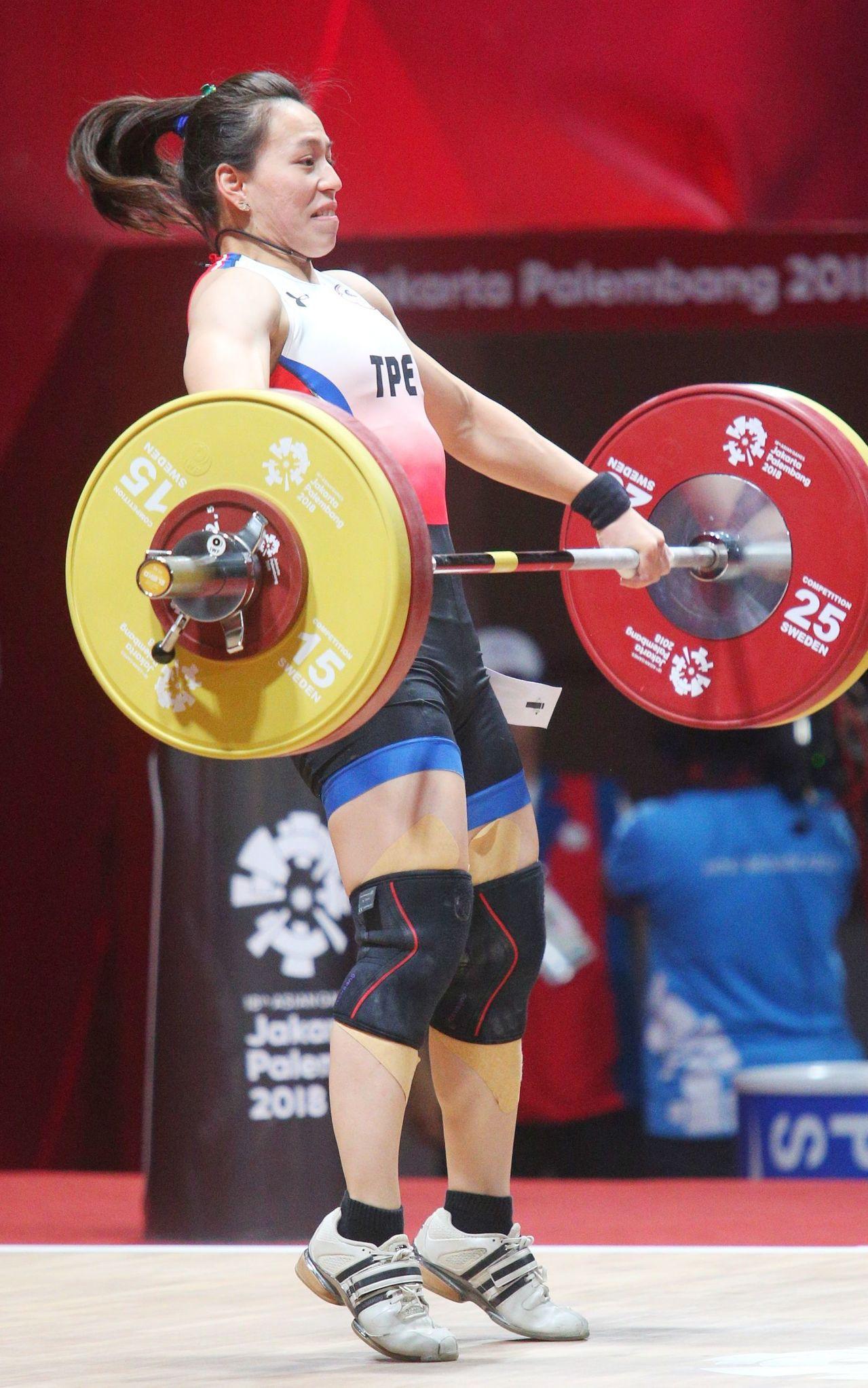 舉重女將郭婞淳出征雅加達亞運,今出賽女子58公斤級舉重,在抓舉以105公斤領先群...