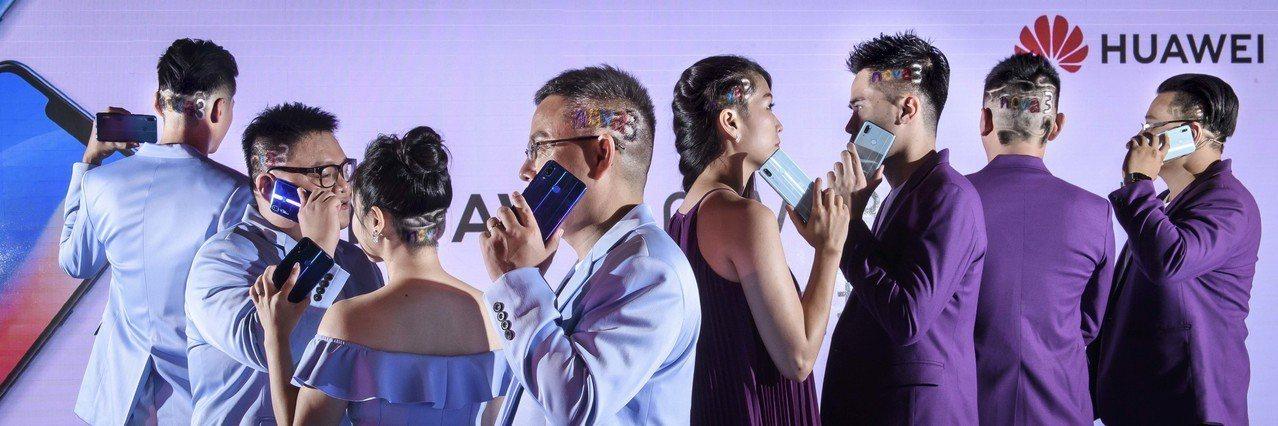包括華為台灣總代理訊崴總經理雍海(左四)等多位訊崴員工,秀出nova 3字樣髮雕...