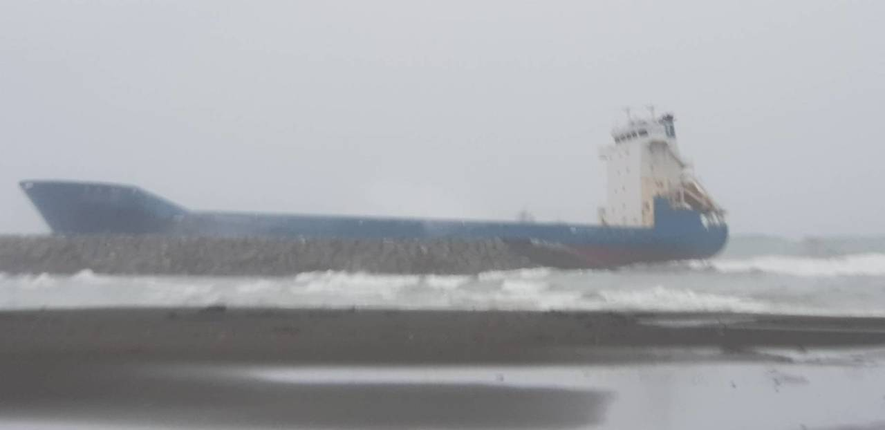 5艘貨輪擱淺高雄港相當少見, 今晚確定無法拖救。圖/台灣港務公司提供