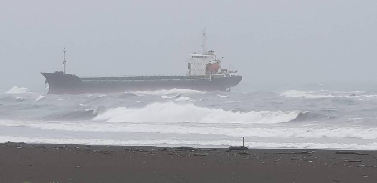 5艘貨輪擱淺高雄港很少見, 今晚確定無法拖救。圖/台灣港務公司提供