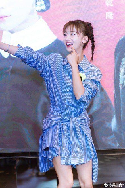 藍白條紋襯衫裙,是這一季許多女星選穿的減齡服裝。圖/取自微博