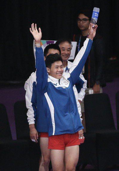 唐嘉鴻舉起雙手和觀眾致意。特派記者余承翰/雅加達攝影
