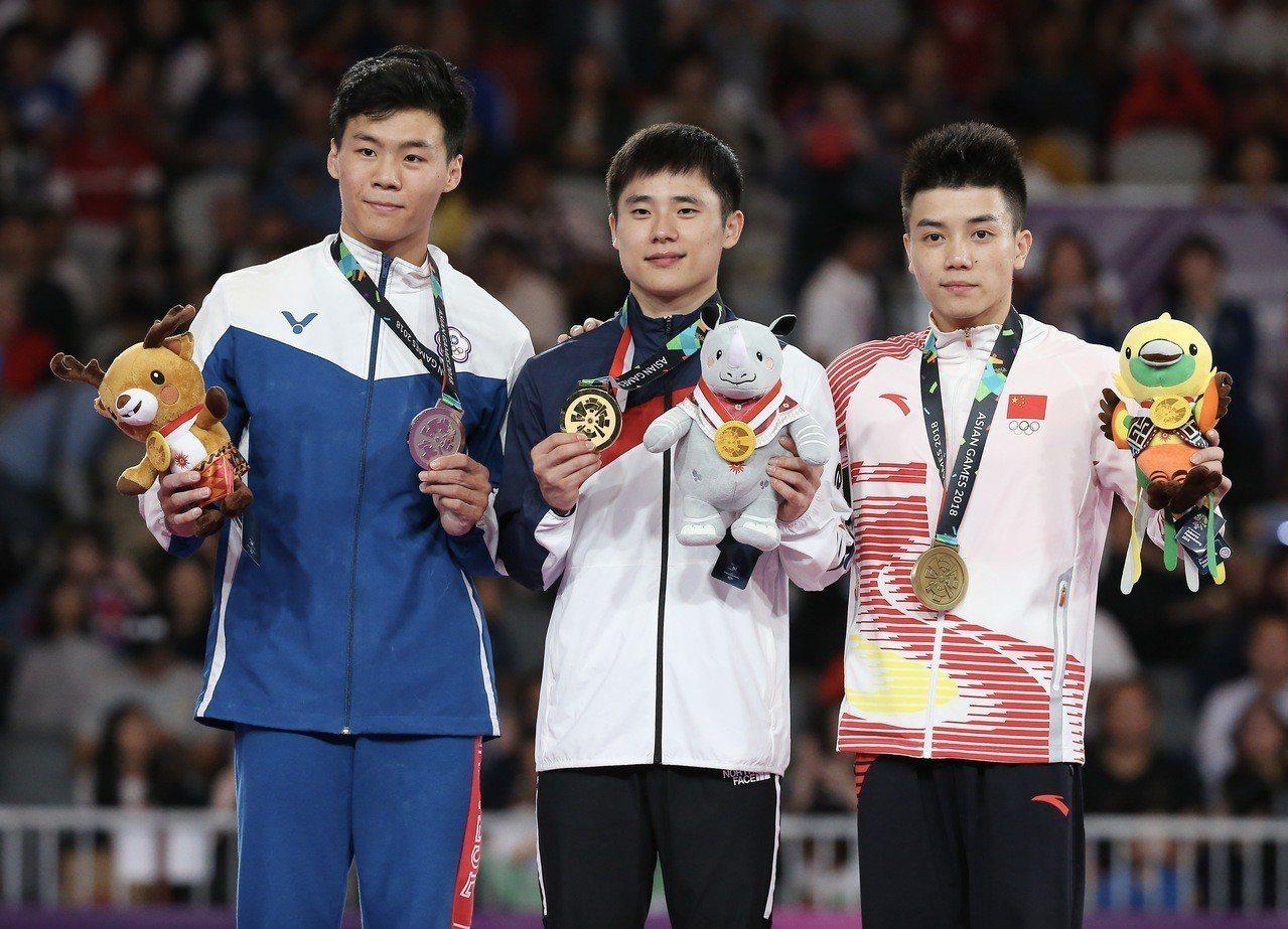 唐嘉鴻(左一)獲得台灣體操史上首面亞運銀牌。特派記者余承翰/雅加達攝影
