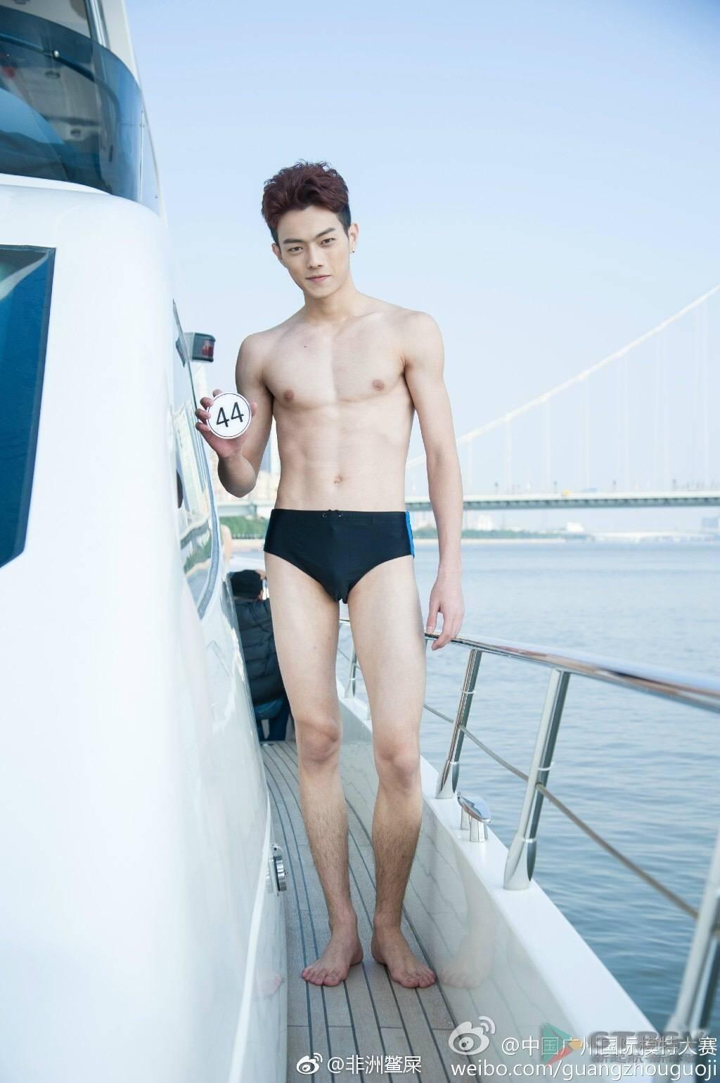 許凱過去模特兒選拔賽的泳褲照曝光。圖/摘自微博