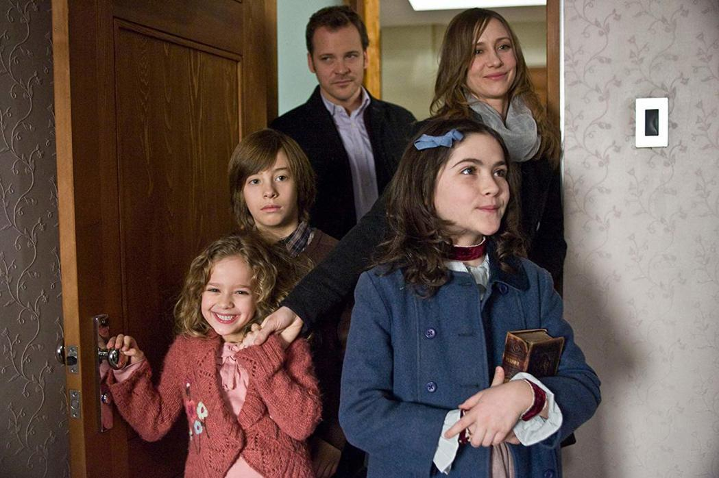 吉米班奈(左排中)童星時期曾演出「孤兒怨」等著名影片。圖/摘自imdb