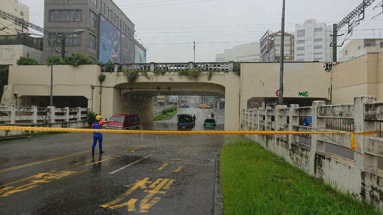 警消人員協助四維地下道受困人車脫困。記者邵心杰/翻攝