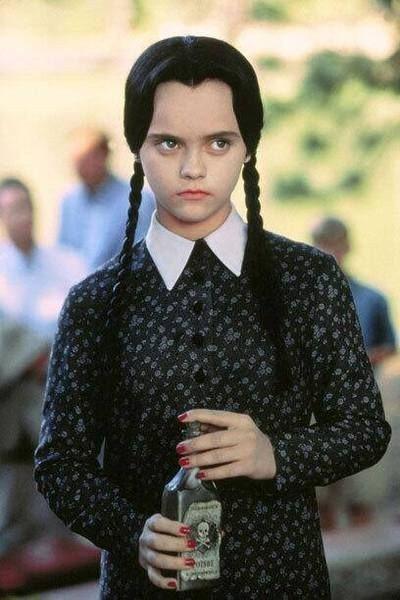 「阿達一族」裡的怪怪小妹星期三,無論表情或服裝都讓人印象深刻。圖/摘自imdb