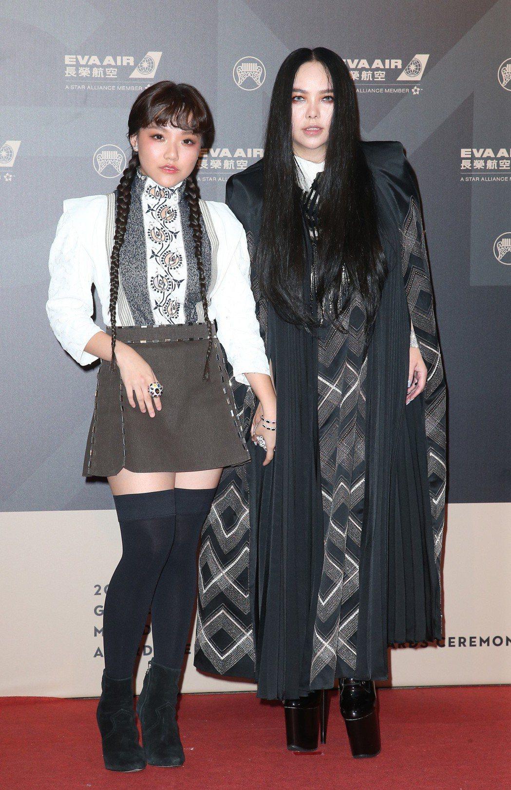 張惠妹與安那的金曲獎紅毯造型,被形容有如「阿達一族」碰上「安娜貝爾」。圖/報系資...