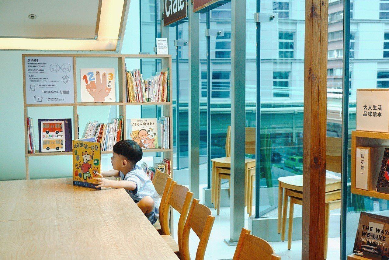 全台唯一提供兒童繪本交換服務的門市,兩本即可換得一本。記者黃筱晴/攝影