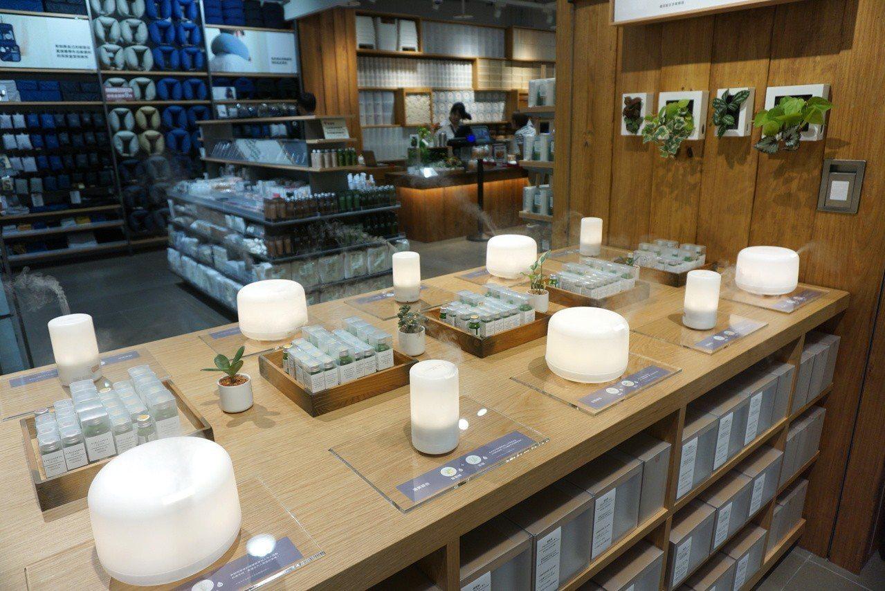 開放式的陳列桌,讓消費者自在體驗香氛系列商品。記者黃筱晴/攝影