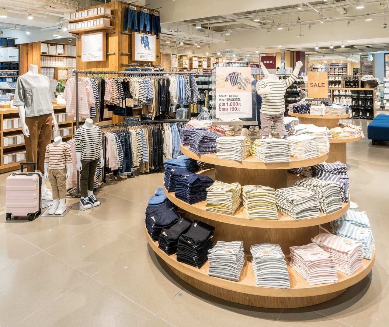 引進新式貨架陳列童裝、鞋襪類商品,提供更舒適、一目瞭然的空間。圖/無印良品提供