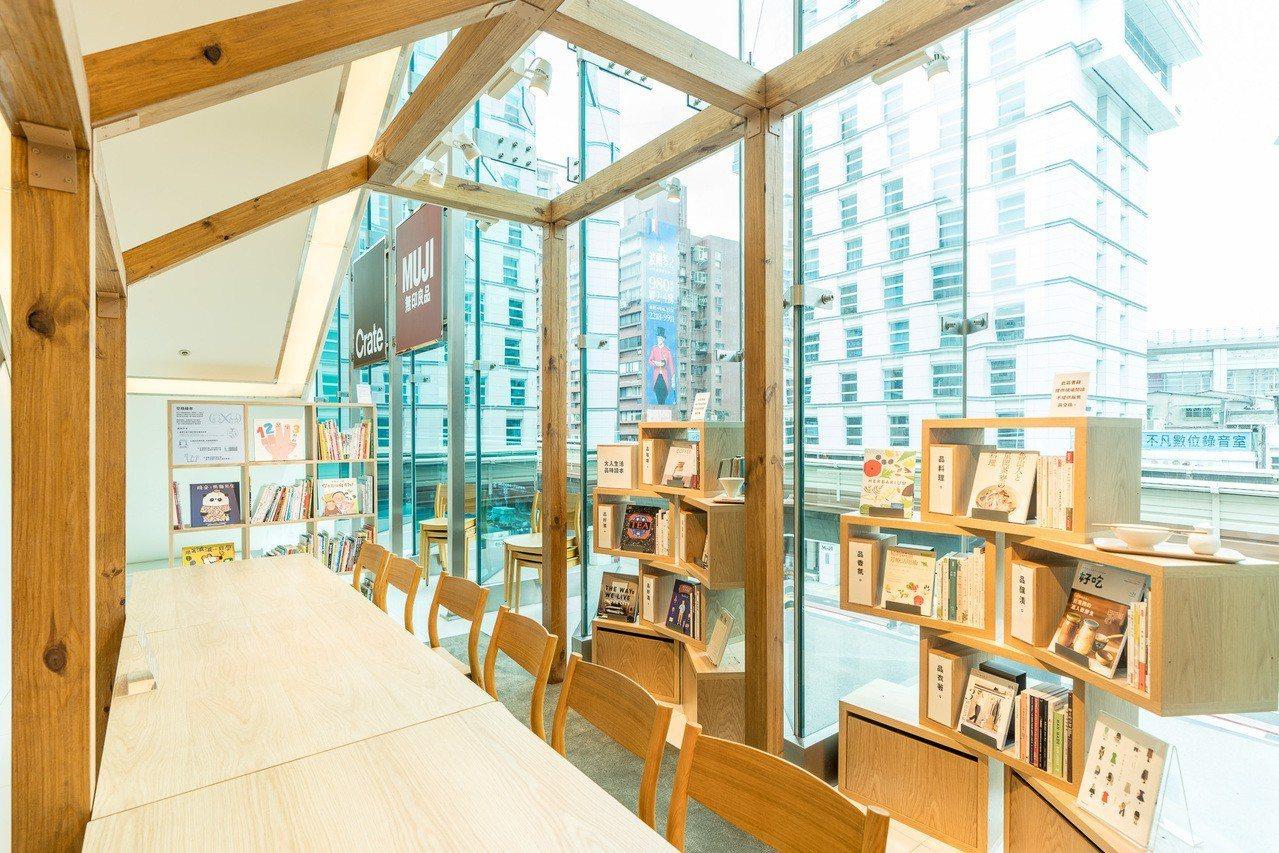無印良品微風門市改裝開幕,特別引進生活選書並提供免費閱讀的休憩空間。圖/無印良品...